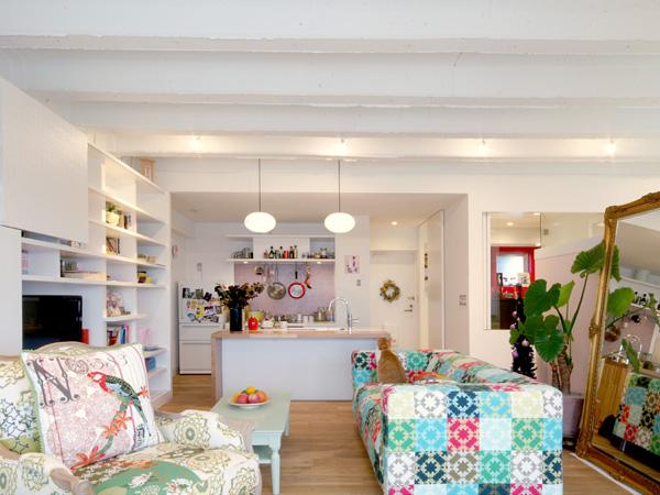 <2> 本、テレビ、食器も納まる壁一面の棚