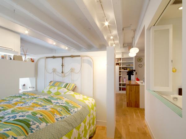 上部オープンの壁で仕切った寝室。右側の窓を明けるとバスルームがある