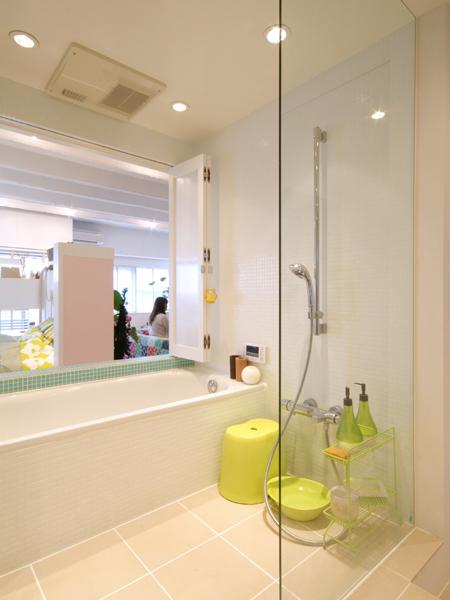 バスルームにもバルコニーからの光が届き、風通しもいい