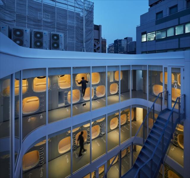 「ナインアワーズ竹橋」 モダンなデザインのカプセルが並んでいます Photo: Nacasa & Partners