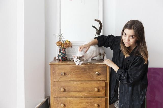 レイシーとリアさんのツーショットを撮影しようと試みるも、レイシーが動いてしまって、なかなかうまくいきません。猫の撮影は本当に難しいのです