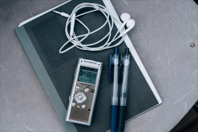 いつも持ち歩いている三種の神器は取材ノートとテープレコーダー、イヤホン、お気に入りのボールペン。これとパソコンがあればどこでも仕事ができる