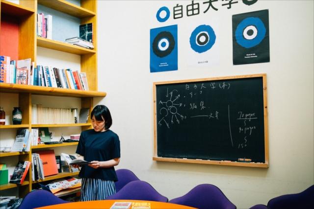 自由大学の教室にて。講師を担当する「DIYミュージック」の授業は1期あたり生徒は10人ほど。卒業後も交流を持って、コミュニケーションの場を広げている