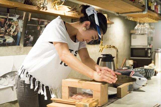 目の前で永松さんが削る、できたての削り節。愛用のかつお節削り器は4台あり、メンテナンスも欠かさないとか