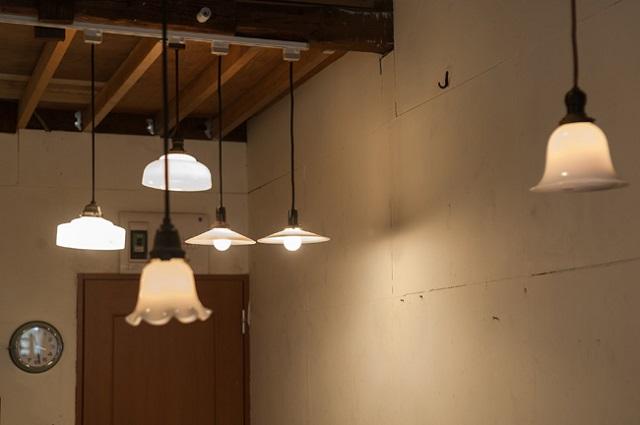 天井に吊り下げられたランプ類が、やさしい光を放つ