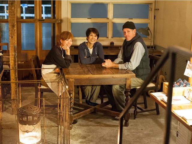 右からクラウチさんのパートナーのラリーさん、クラウチさん、スタッフの「なおちゃん」こと林尚子さん。林さんは「coya」時代から働き続けている