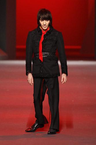 今年1月、「クリスチャン・ディオール」2011年春夏オートクチュール・コレクションで、ショーの最後に登場したデザイナーのジョン・ガリアーノ(ロイター)