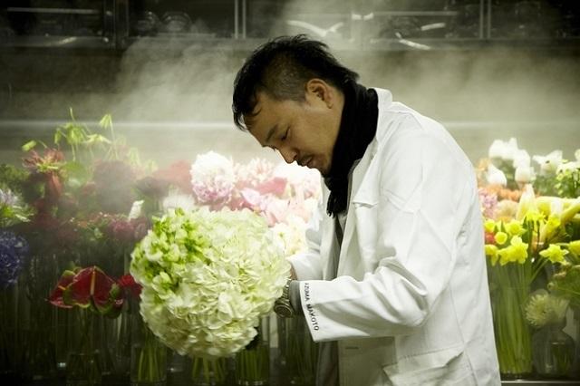「花を通じて、人の心を贈る」という東信さん