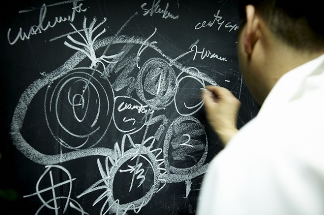 壁にある黒板にイメージを描いていく