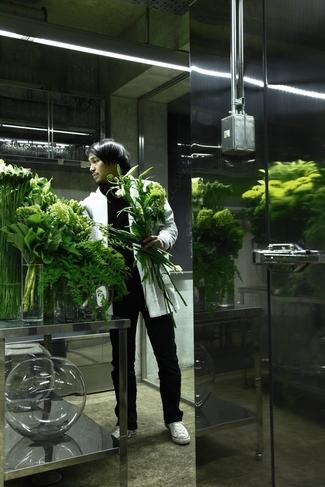 花をアレンジする空間は科学の実験室のよう