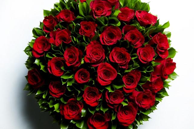 赤いバラだけで束ねられた花