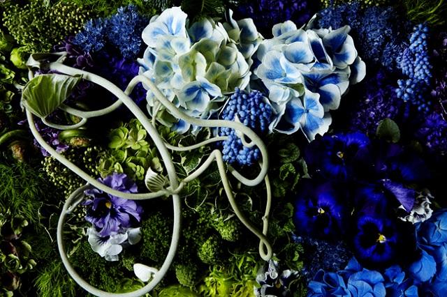 """お子様たちの名前にちなんだ""""青い花""""と""""すみれ""""を中心に、緑の大地をイメージ"""