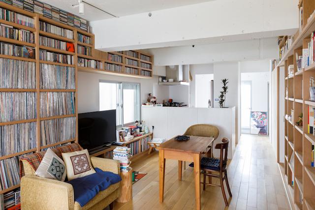 美しく収納された蔵書とレコードに囲まれて暮らす