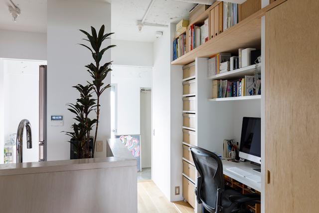 キッチンの横に作ったNさんの仕事スペース。引き戸で隠せるように設計