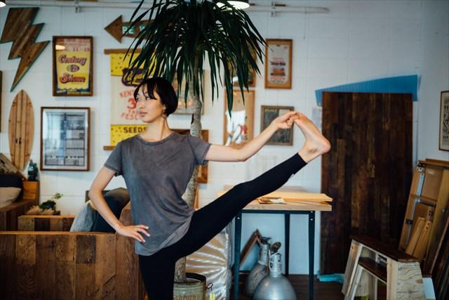 幼少期にクラシックバレエを習っていたこともあって、体は柔らかいほう。「ヨガを続けていると体が硬い人も徐々に柔らかくなっていきます。大切なのは焦らないこと」