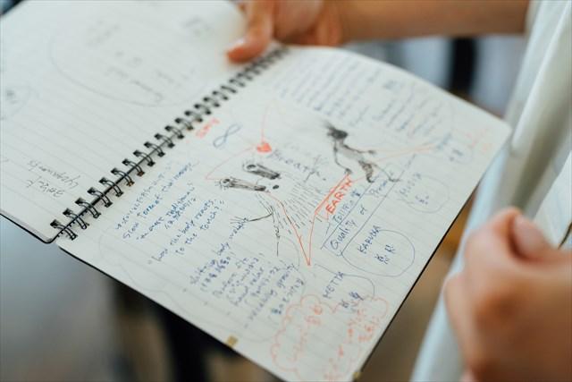 休暇にはヨガのワークショップ合宿に参加するなど、より深い知識を身につける勉強も欠かさない。先生の話はしっかりノートを取って、自分のクラスにも役立てている