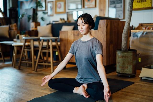 ヨガの基本は呼吸を整えること。毎朝、10分程度の瞑想(めいそう)を欠かさない。「仕事で緊張したり、慌ててしまったときもヨガの呼吸法を行うと気持ちが落ち着きます」