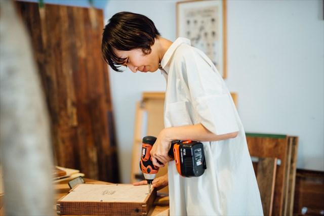 古材を使った雑貨や家具の製作も行う。「手を使う仕事は大好き。今は個人の作品作りはしていませんが、やっぱり物を作っているときは楽しいですね」