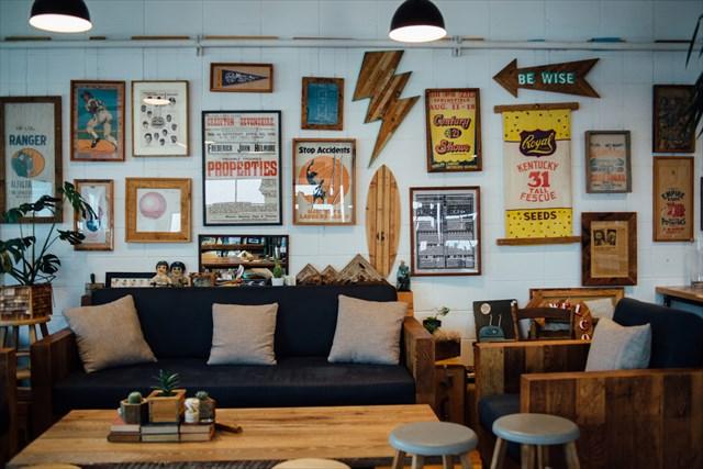 会社のオフィス兼ショールーム。家具のほか、古材を使ったフレームや雑貨も製作・販売する