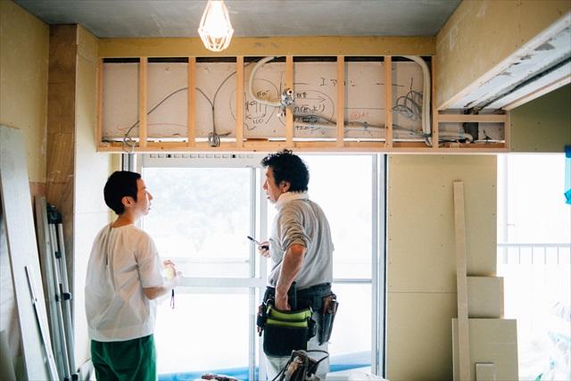 現在工事中の築40年越えのマンション。現場に何度も足を運び、職人さんと細かい部分を確認しながら作業を進める。「お客様はもちろん、現場の方々とのコミュニケーションは何より大切。住宅の工事はやり直しがきかないことが多いので」