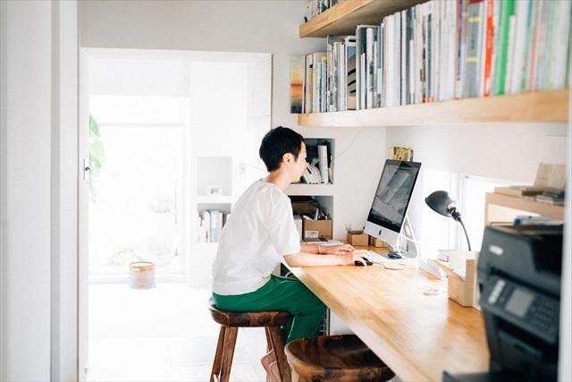 オフィスは自宅のリビングと寝室をつなぐ廊下に作ったワークスペース。「我が家も古くて小さな家なのですが、デッドスペースを有効活用すれば快適に暮らせます。そういうのもリノベーションの面白いところですね」