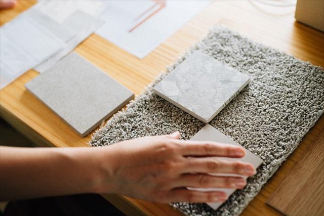 設計中の住宅に使うカーペットやタイルなども、クライアントの好みを考慮しつつ選んでいく。「お任せで、という方も多いですが、それでも実物をお見せして何度も打ち合わせします。私の好みが必ずしも正解というわけではないので」