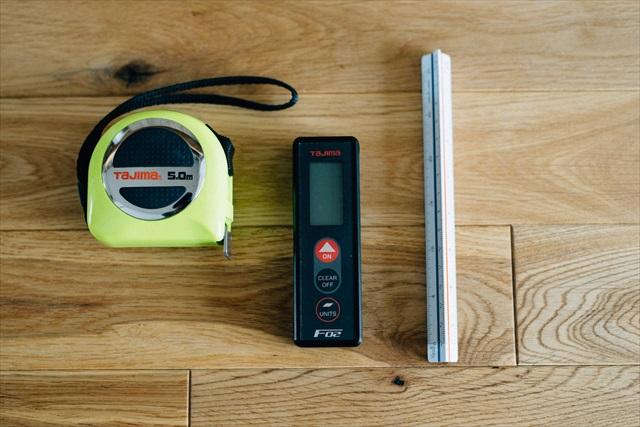 ◎仕事の必需品 「建築士の三種の神器。丈夫で折れない巻き尺(左)と、縮尺図面の読み取りに使う三面スケール(右)、赤外線で距離を測れるレーザー距離計(中)。リノベーションの出発点はまず住宅のあらゆる面を計測することなので(笑)