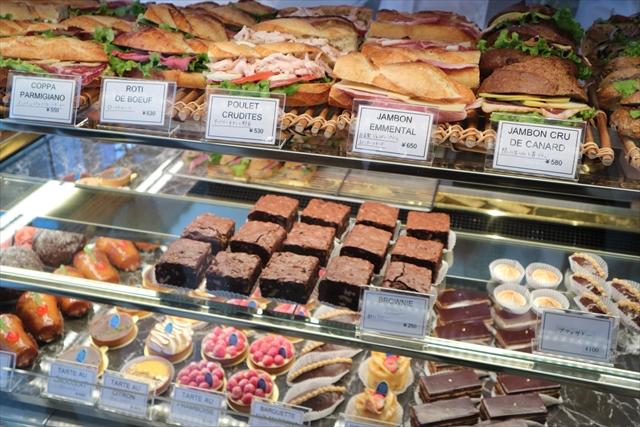 サンドイッチとお菓子の売り場
