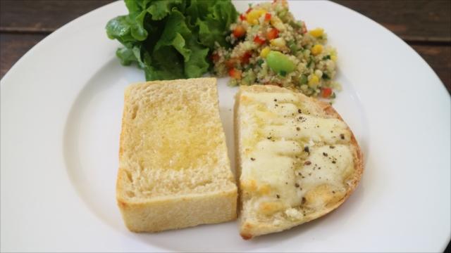 ランチ。cottonのトーストに北海道産チーズとオリーブオイル(右)、バターと高橋養蜂のはちみつ