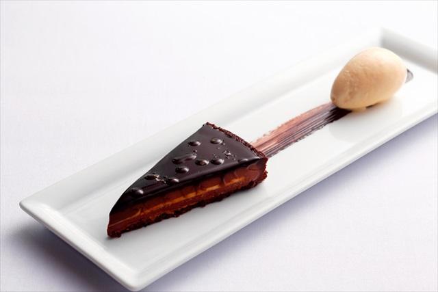 「TWO ROOMS」の70%ダークチョコレートタルト レザーウッドハニーアイスクリーム EVOO