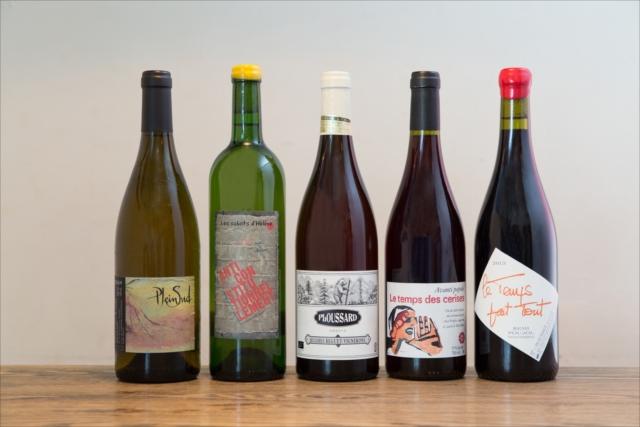 華やかな香りとやさしい口当たり『コート・デュ・ローヌ プレン・シュッド 2016年』(エステザルグ協同組合/グラス750円、ボトル4000円)〈左〉のように、飲みやすい自然派ワインもそろう