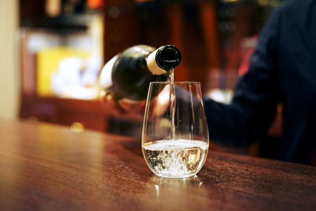 ワイングラスは脚のないタイプ。「酔ってグラスを倒しちゃう方が少なくないので(笑)。倒れにくく、割れにくいグラスを使っています」