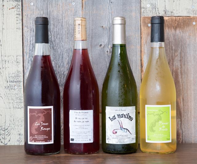 50種類ほどのナチュラルワインをそろえる。左端はロワールのカベルネ・フラン100%『レ・ジュー・ルージュ』(フランソワ・シェネ/ボトル6500円)。ブドウジュースのような味わいで、暑い夏にもすいすい飲める。冷しめでいただきたい