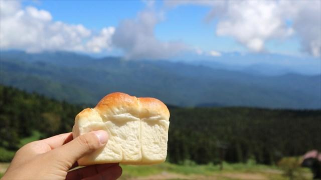 絶景を見ながら食べる山型パンは本当に山の形