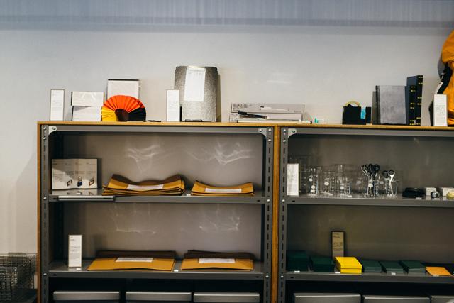 「THINK OF THINGS」の商品棚。商品の多くはコクヨを代表するロングセラー品。「ディスプレーを工夫するだけでも、おなじみの商品ラインナップも見え方が変わります。ちょっとしたことですが、そこが面白いところです」