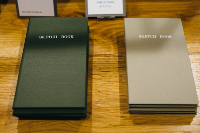 近年、若い世代にコクヨファンを激増させた「測量野帳」はシックなカラーも展開。メモとしてはもちろん、アルバムや育児日記など、幅広い使い方ができると大人気に