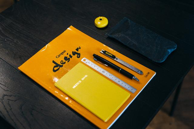 ◎仕事の必需品<br>「いつでもアイデアを書きとめられるよう、測量野帳は常に携帯。大きいサイズのキャンパス洋裁帳は店舗のディスプレーなど大きな図を描くとき用。ディスプレーの図面サイズを測る定規も常に持ち歩いています」