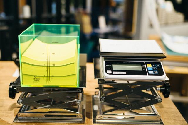 ミシン目でつながったA4サイズの用紙「ZYABARA PAPER(ジャバラペーパー)」は「THINK OF THINGS」のオリジナル商品。こちらも好きな分量を量り売りで買うことができる