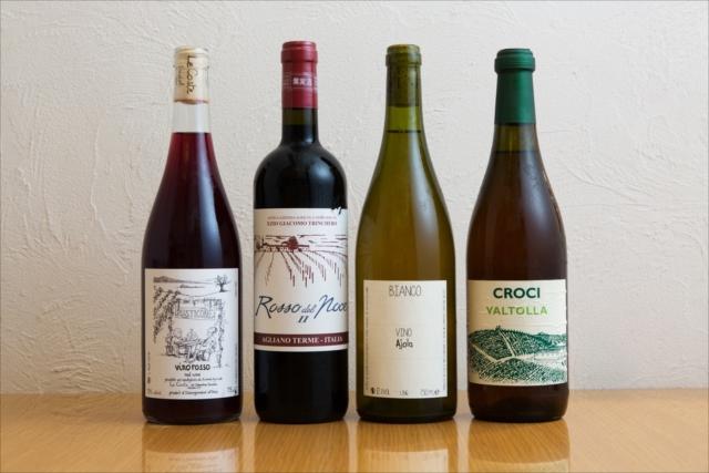 2014年と2016年のワインをブレンドした、軽やかで飲み心地のいい『ルスティコーネ』(レ・コステ/グラス600円、ボトル3800円)(左)をはじめ、するすると飲みやすいタイプの自然派が多くそろう