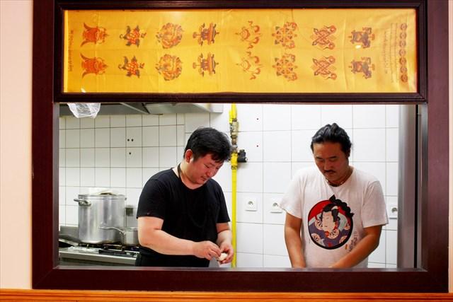 動くリアル紙芝居的な厨房の様子