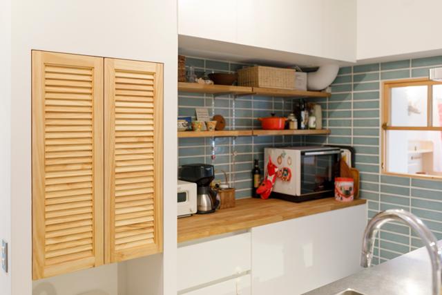 オープンな棚と、扉付きの収納があり、キッチン背面も充実の収納スペースだ