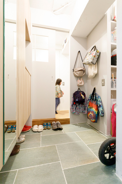 玄関にはお出かけグッズ用のフックを設置。右手にはさらに大きな収納がある