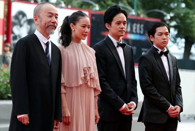 「斬、」の塚本晋也監督と蒼井優、池松壮亮、前田隆成(左から)/Reuters