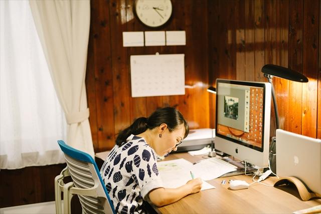 シェアオフィスのデスクで下書き作業。取材中に撮影した写真やメモを見ながら構成していく。「一日中座っていることもあるので、椅子だけはいいものを買いました。それでも腰が痛くなりますが(笑)」