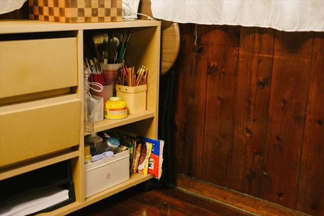 仕事場の片隅には歯ブラシやシャンプーなどのお泊まりセットとインスタント食品が。締め切り間際は泊まり込みで作業することも多いそう。