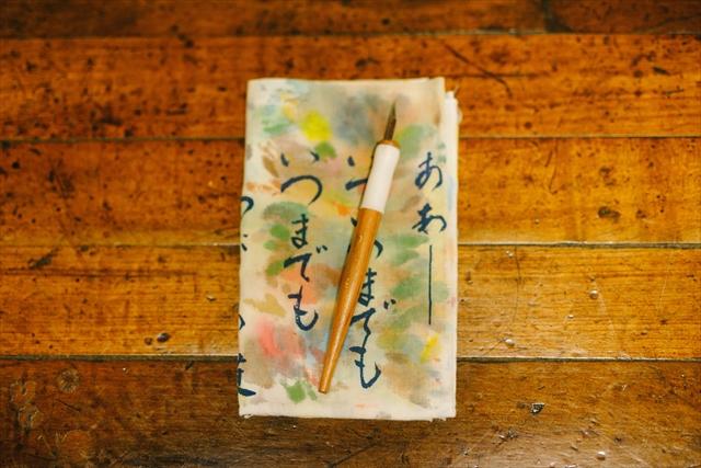 ◎仕事の必需品<br>「イラストルポの文字を書くときにはGペンが欠かせません。慣れるまでは大変でしたが、普通のペンより味がある文字が書けるので。水彩用の筆を拭く手ぬぐいは山小屋で買ったもの。使い込むうちに絵の具の跡がグラデーションになってきれいだな~と。なかな洗えなくて、ずっとそのまま使い続けています」