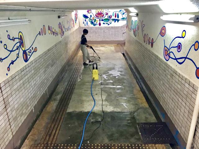 湯川駅 通路を高圧洗浄機で清掃中