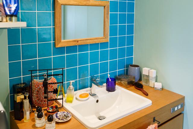 洗面のタイルは青。壁は淡いブルー