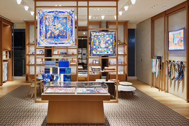 エントランスから続くゾーンでは、色鮮やかなカレが目を引く<br>(photo:©Nacása & Partners Inc. / Courtesy of Hermès Japon)