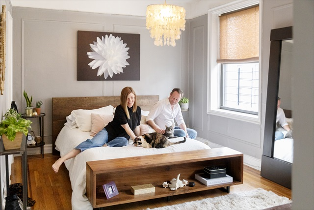 サンフランシスコ出身の夫妻は、NYに暮らして20年。「部屋がもっと広ければ、犬や猫をさらに数匹飼いたいです」